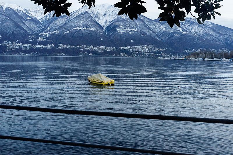 une barque sur un lac à la tombée du jour